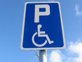 Инвалидам выделят бесплатные парковки